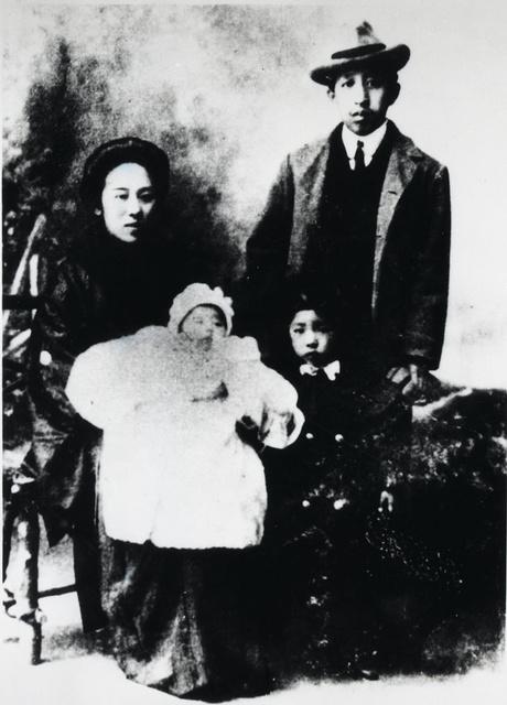 1909年,廖仲恺、何香凝携女儿廖梦醒(前右一)、儿子廖承志(前左一)在东京留影。