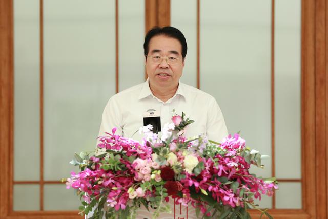 06中共中央统战部副部长许又声在展览开幕式上致辞
