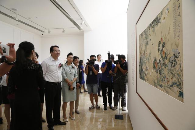 10中共中央统战部副部长许又声参观展览
