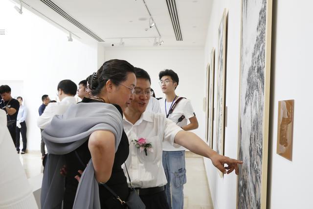 11中共中央统战部宣传司副司长刘为杰、中国美术馆副馆长安远远参观展览