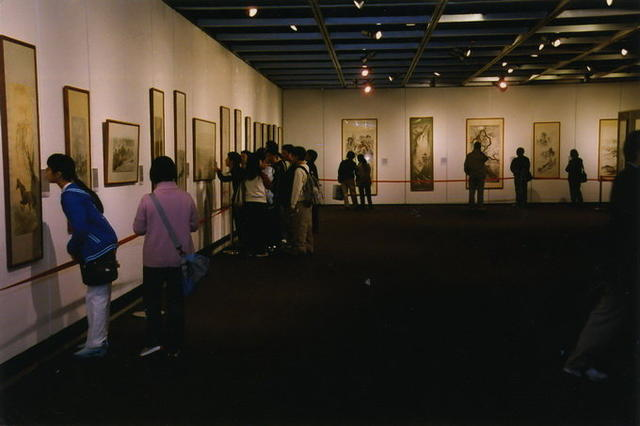 观众参观展览02