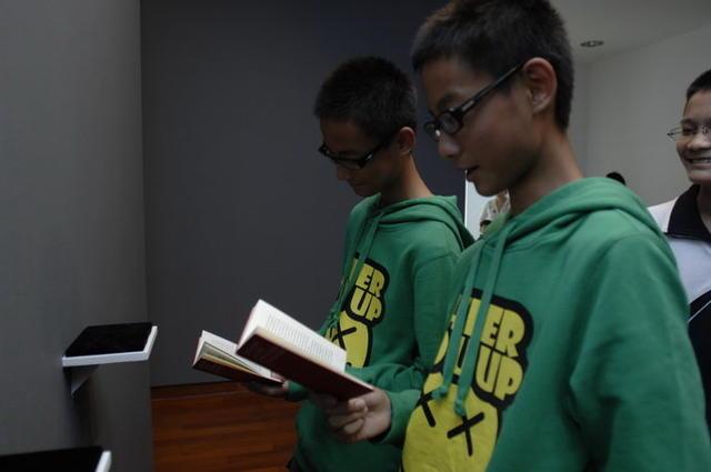 双胞胎参观展览