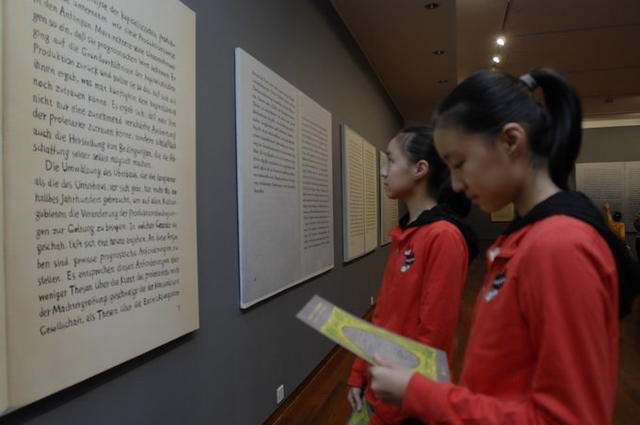 双胞胎参观展览2