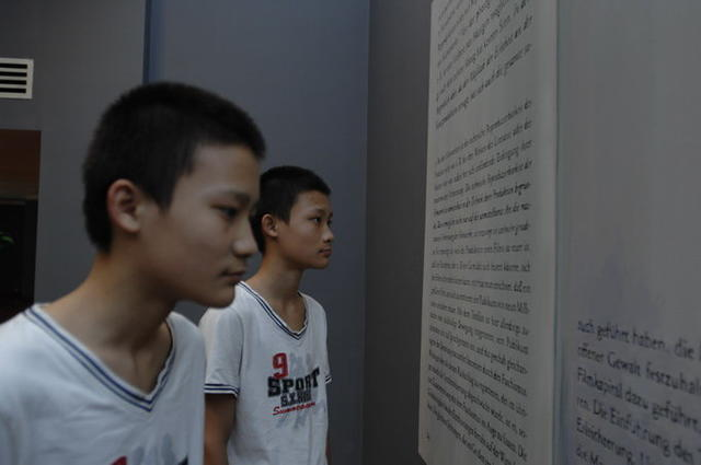 双胞胎参观展览5
