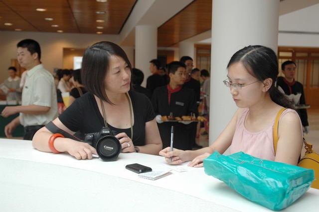 华裔艺术家罗明君在现场接受媒体采访