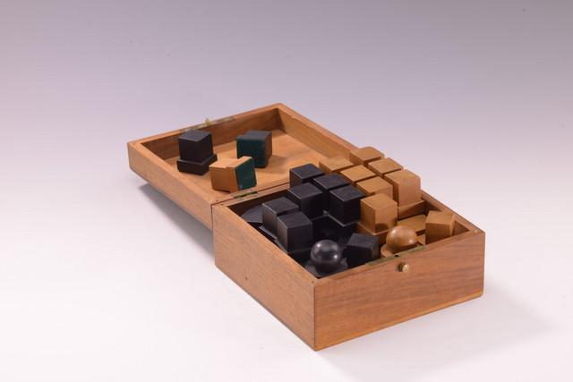 盒子里的32颗国际象棋