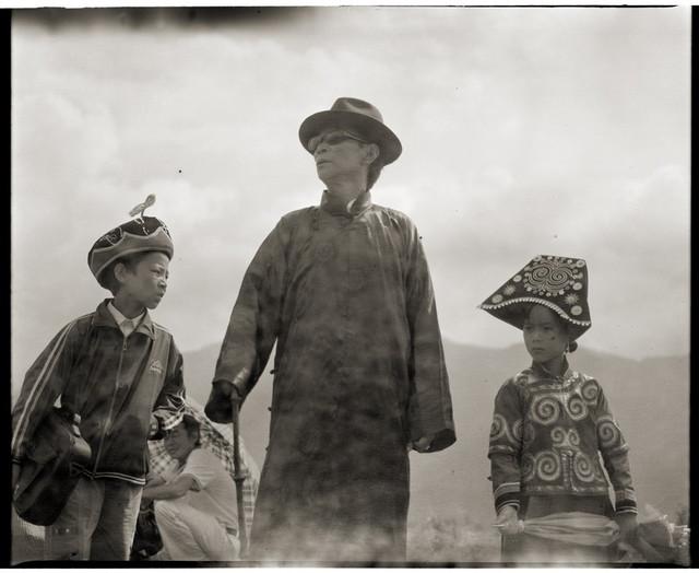 穿民国时期服装的男人