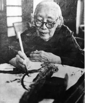 何香凝晚年作画。
