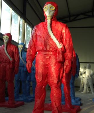 王广义《冷战美学——带防毒面具的人》180×40×30cm 玻璃钢着色 2008